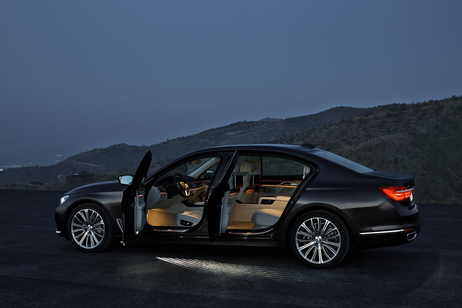 2016-bmw-7-series-finally-officially-unveiled-the-good-stuffs-inside-photo-gallery_12