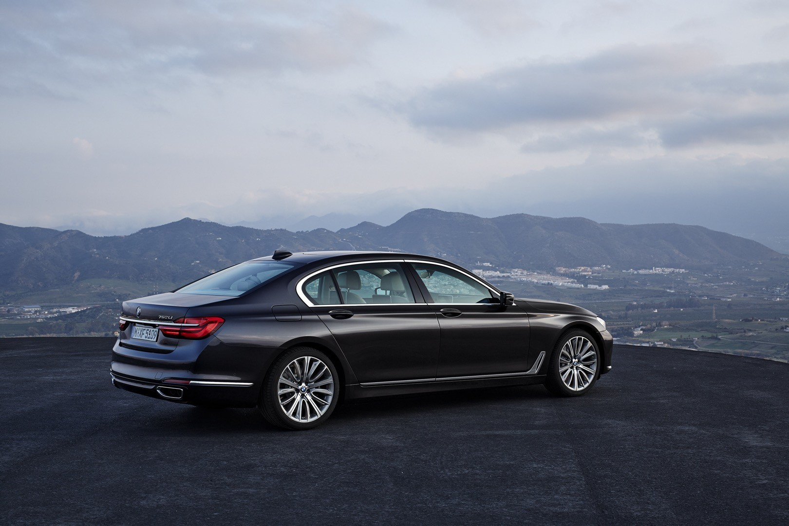 2016-bmw-7-series-finally-officially-unveiled-the-good-stuffs-inside-photo-gallery_15