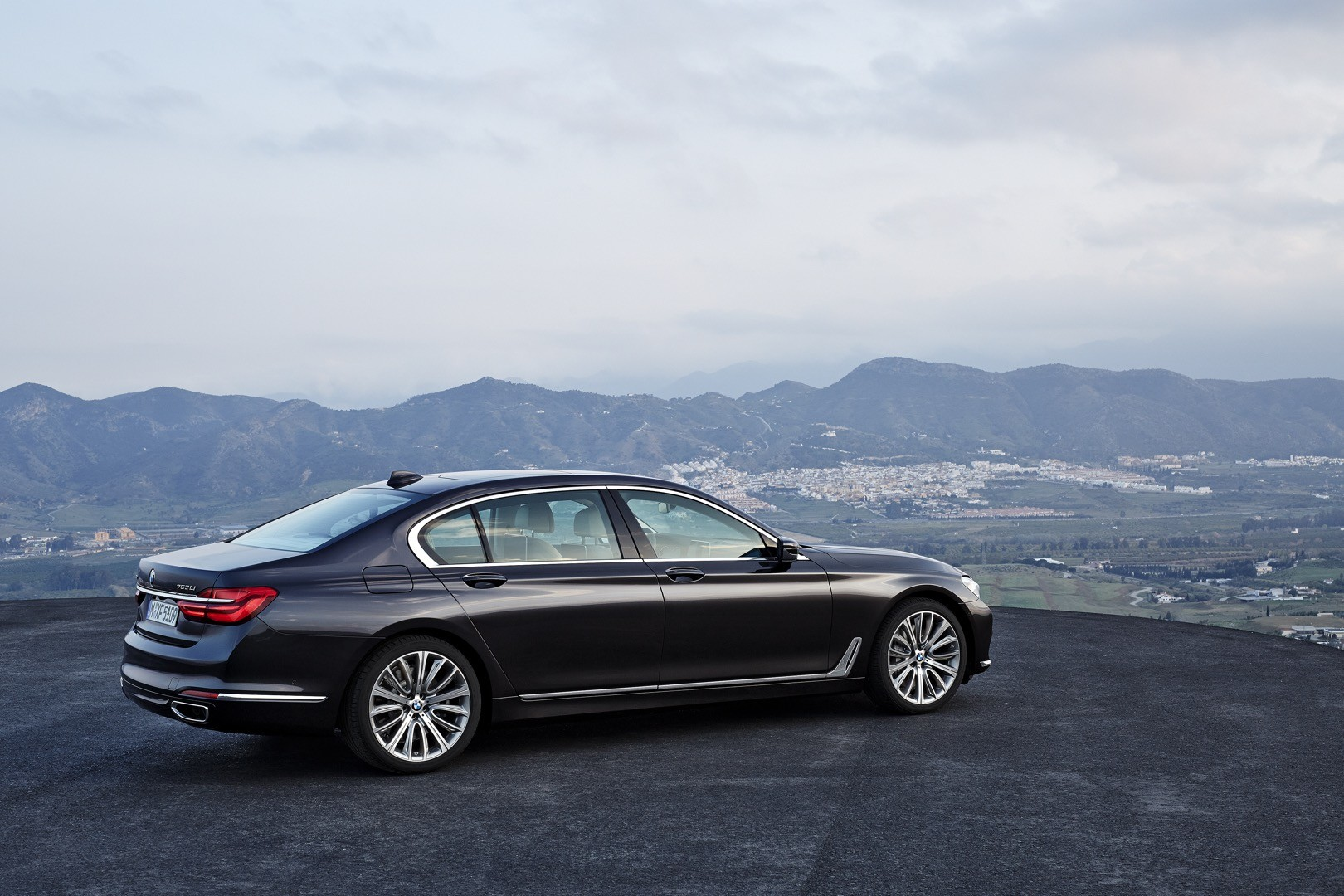 2016-bmw-7-series-finally-officially-unveiled-the-good-stuffs-inside-photo-gallery_16