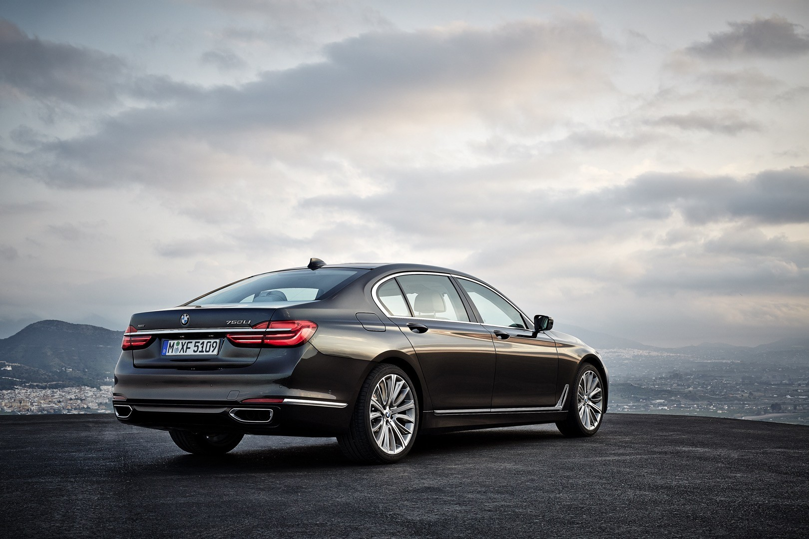 2016-bmw-7-series-finally-officially-unveiled-the-good-stuffs-inside-photo-gallery_17