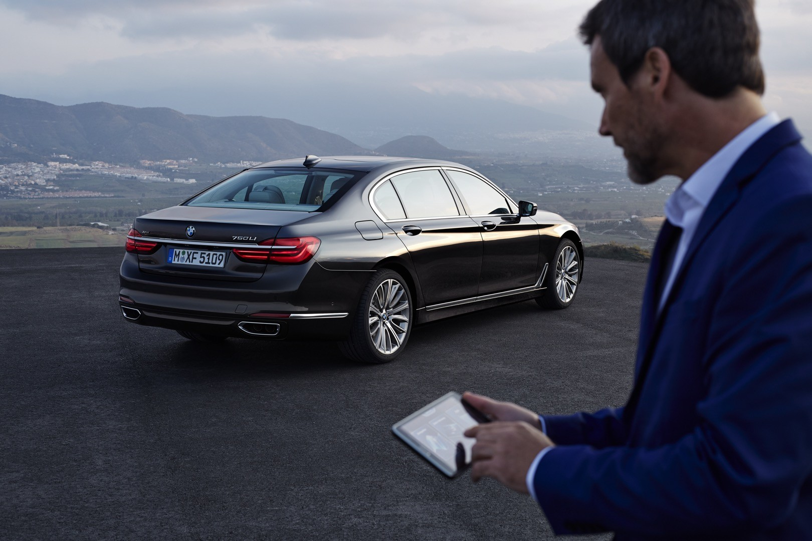 2016-bmw-7-series-finally-officially-unveiled-the-good-stuffs-inside-photo-gallery_18