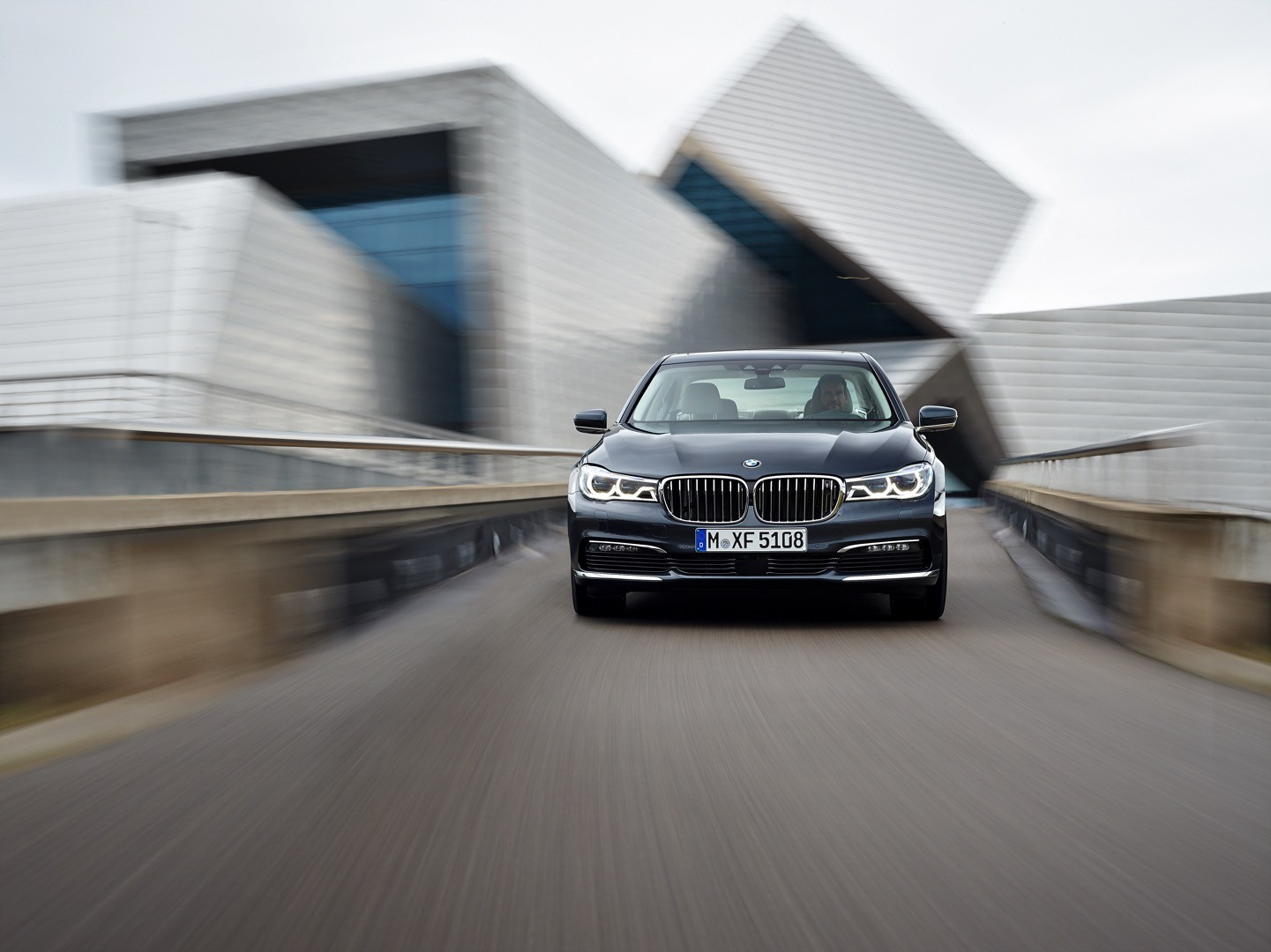 2016-bmw-7-series-finally-officially-unveiled-the-good-stuffs-inside-photo-gallery_2