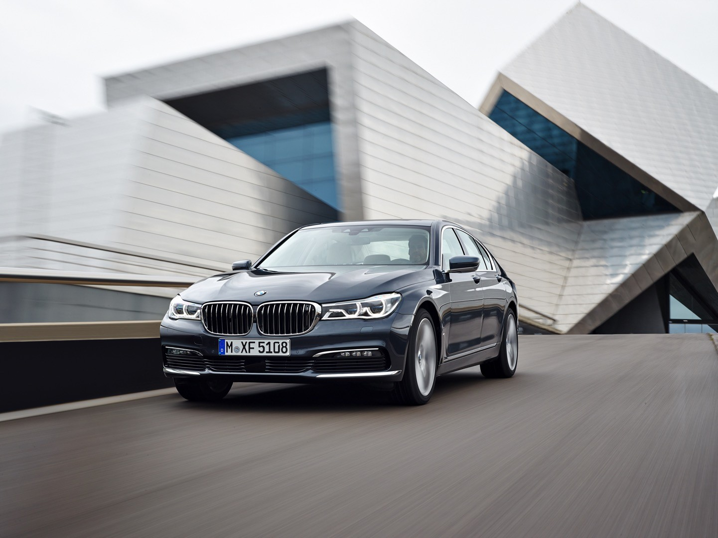 2016-bmw-7-series-finally-officially-unveiled-the-good-stuffs-inside-photo-gallery_3