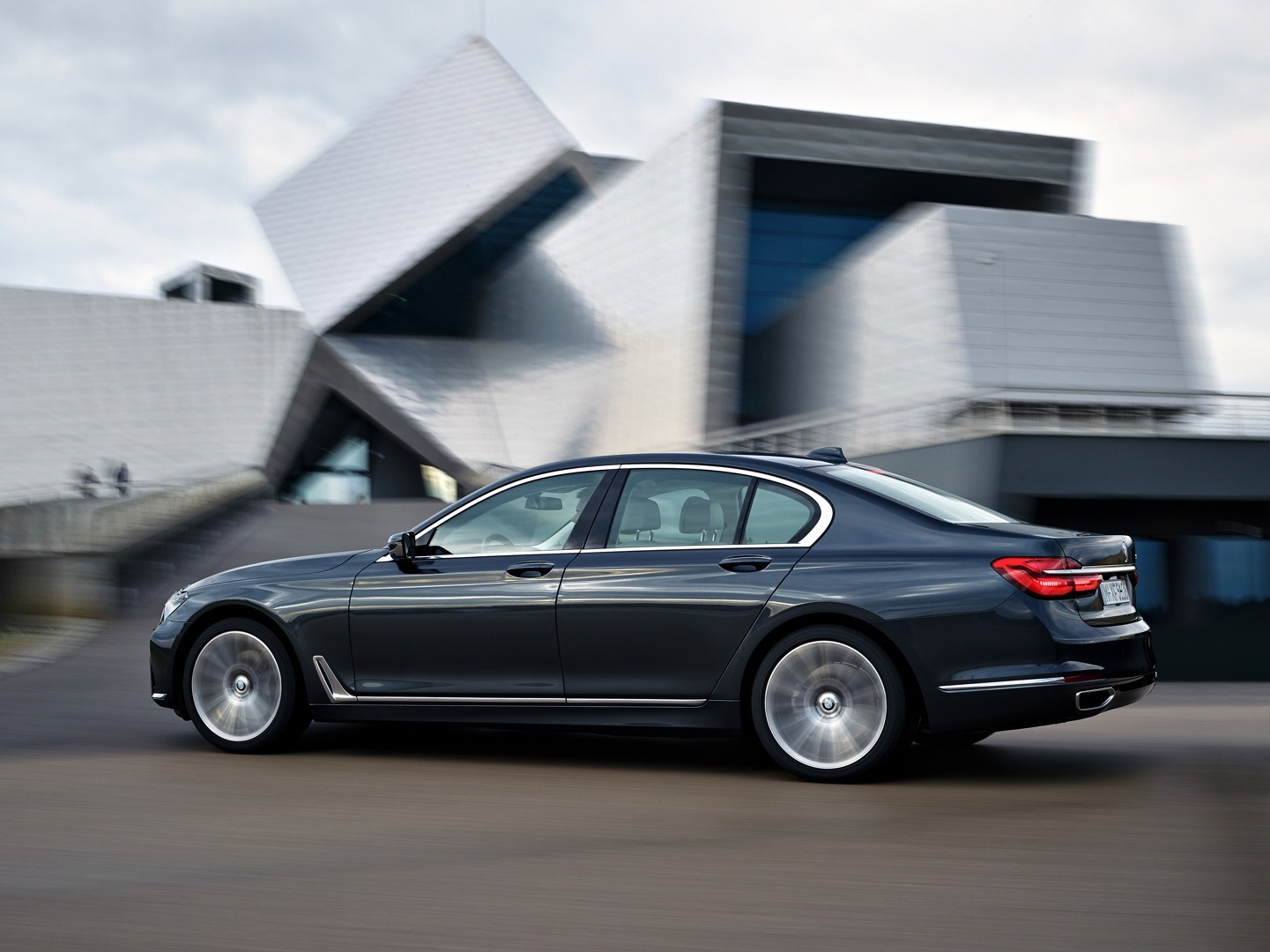 2016-bmw-7-series-finally-officially-unveiled-the-good-stuffs-inside-photo-gallery_4