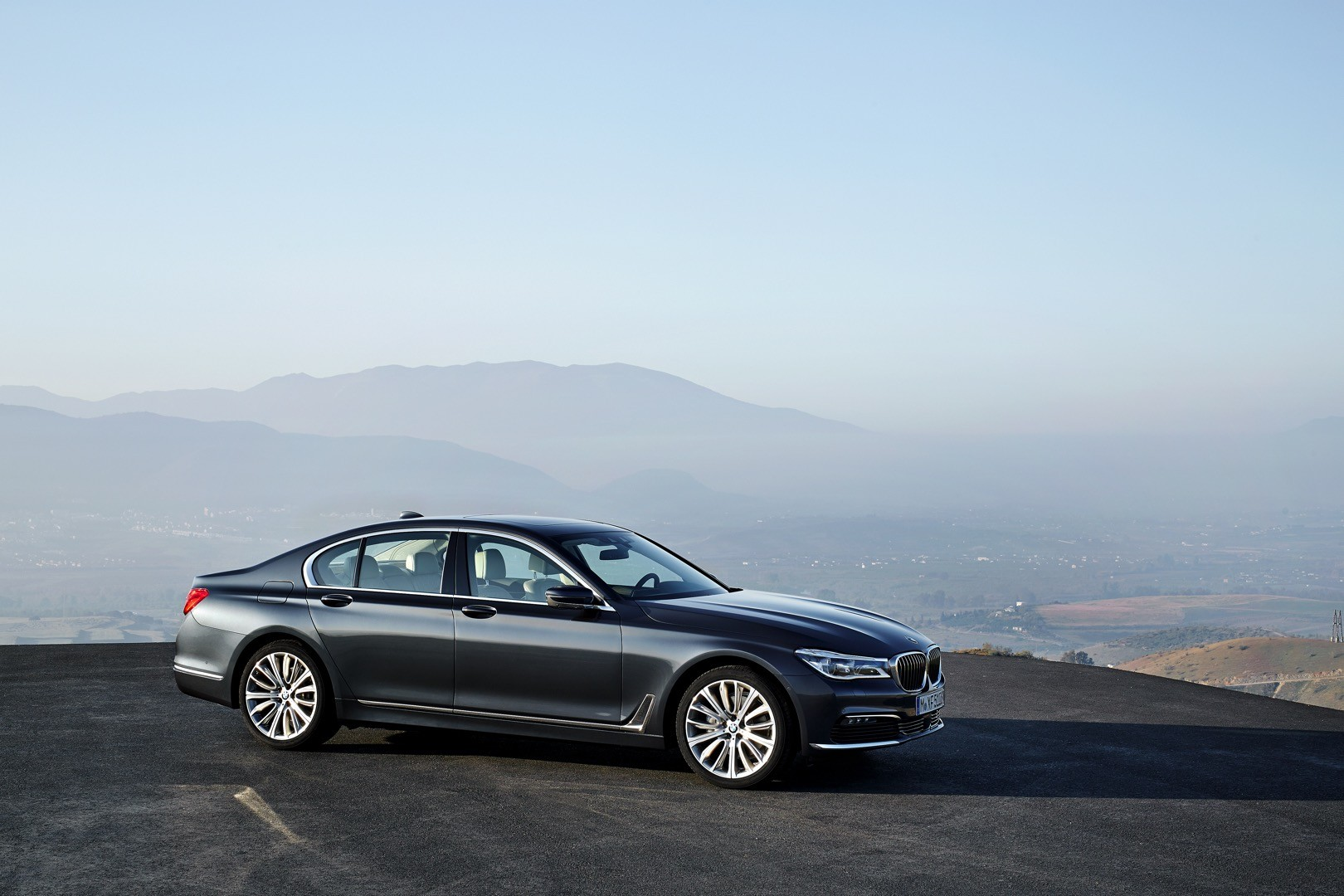 2016-bmw-7-series-finally-officially-unveiled-the-good-stuffs-inside-photo-gallery_6